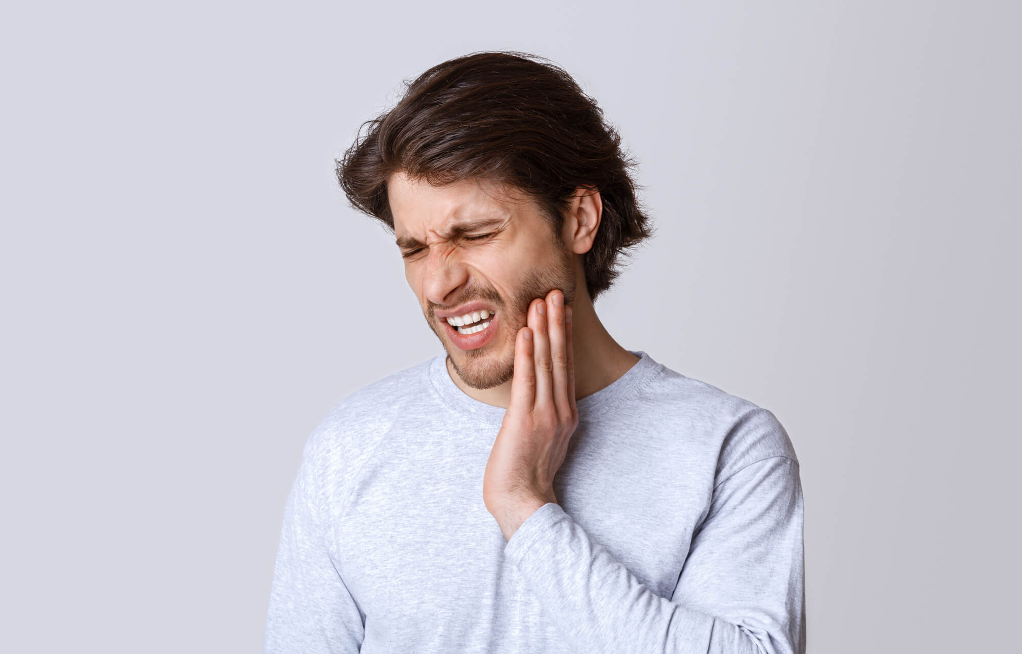 Man feels pain and needs Emergency dentistry in 33317